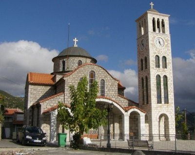 Η εκκλησία της Κοίμησης της Θεοτόκου στο κέντρο του χωριού. Ενα ανεκτίμητο κόσμημα του χωριού που το έφτιαξαν οι παλιοί Σερβαίοι μαστόροι. (Φωτογραφία: Τάσος Γιαννικόπουλος, από τα Λαγκάδια)